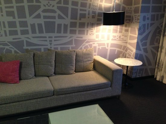 Le Meridien Dallas by the Galleria: The uncomfortable couch