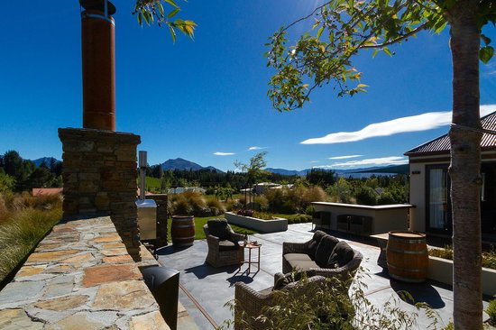 Websters on Wanaka Lodge: outdoor garden patio