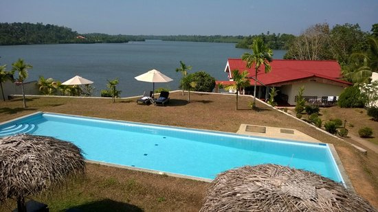 Kalla Bongo Lake Resort: A pool with a view
