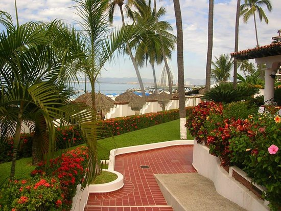 Tropicana Hotel : grounds that overlook beach and ocean