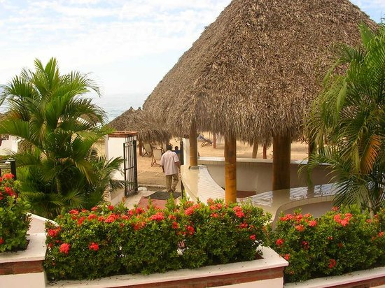 Tropicana Hotel: walkway down to the beach - literally steps away