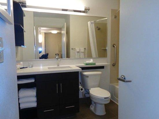 Candlewood Suites Denver - Lakewood : bathroom
