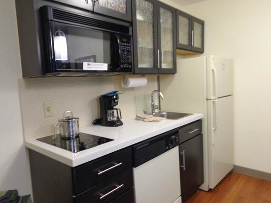 Candlewood Suites Denver - Lakewood: kitchen