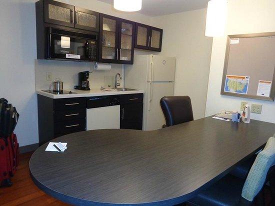 Candlewood Suites Denver - Lakewood: kitchen area