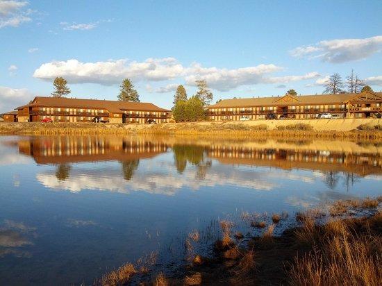 Best Western Plus Ruby's Inn : Lake behind hotel