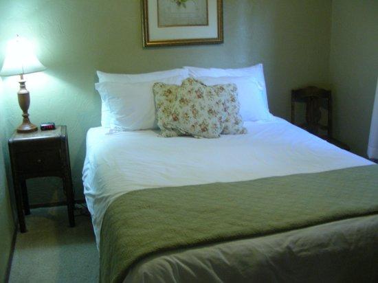 Robin Hood Village: Bedroom is charming