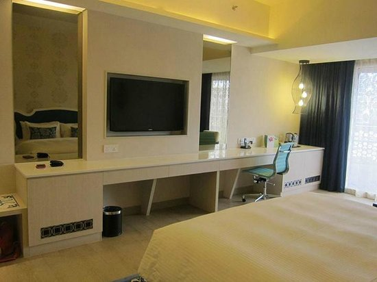 Village Hotel Katong by Far East Hospitality : Tv and Dressing area