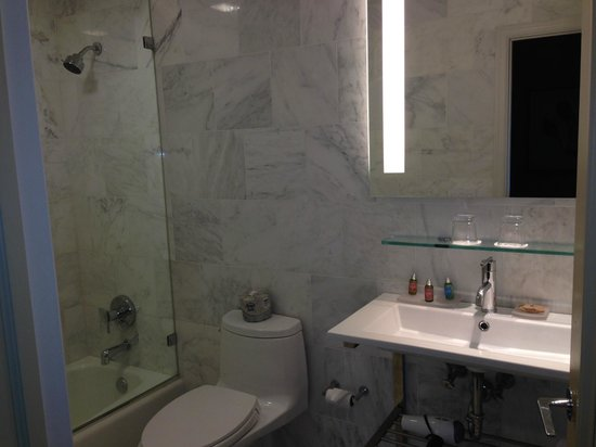 Chestnut Hill Hotel: NIce clean bathroom