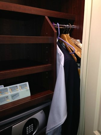 Chestnut Hill Hotel: Closet for one and for one night maximum