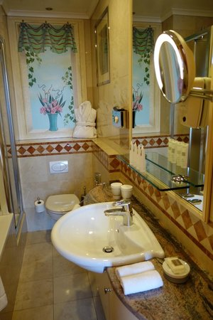 Hôtel Métropole Genève : very limited shelves and counter space in bathroom