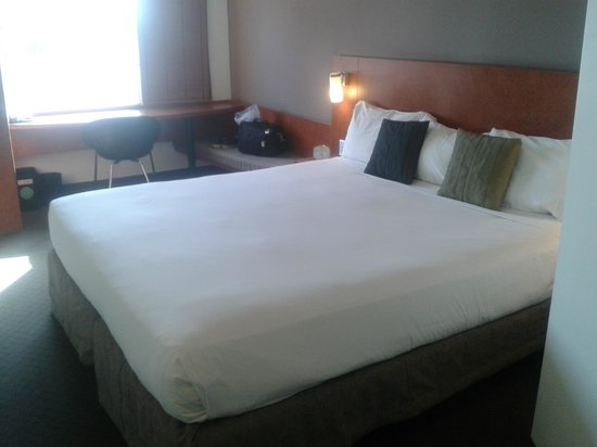 Ibis Hamilton Tainui : Our enormous bed for the evening