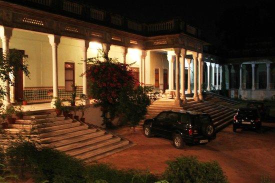 Neemrana's - Piramal Haveli: The driveway / parking area