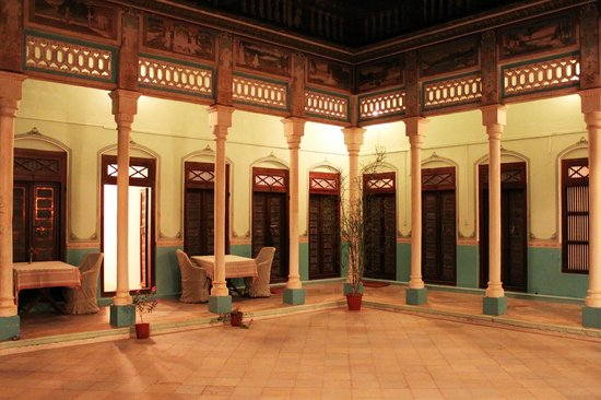 Neemrana's - Piramal Haveli: The central courtyard at night