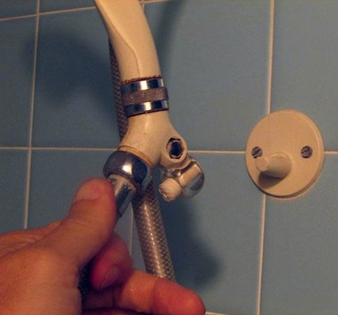 Hawaiian King: Broken shower-head