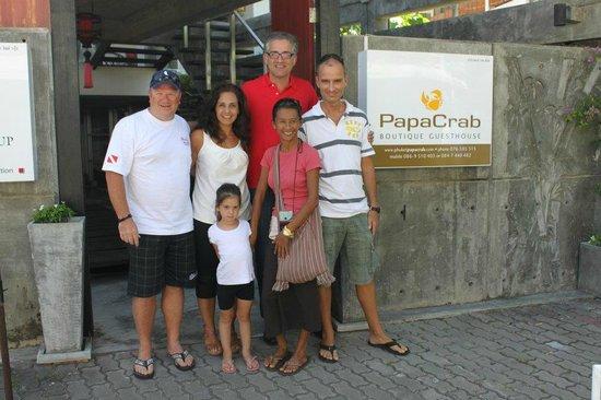 PapaCrab Boutique Guesthouse: Mit Frau, Kind und Schulfreund, Charly (rechts) und Koong (daneben)