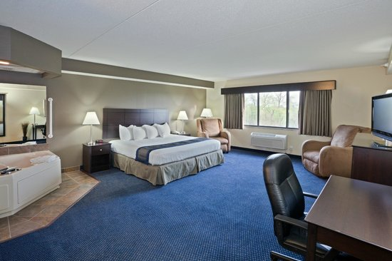 AmericInn Lodge & Suites Lincoln South: Spacious King Whirpool Suite