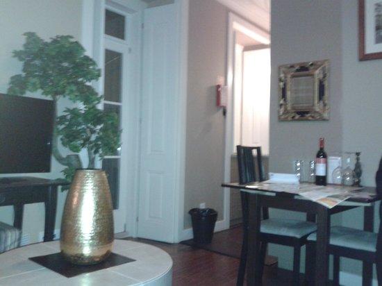 Lisbon Colours: il salottino. notare la bottiglia di vino offerta dai gestori