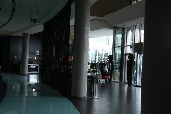 Centro Sharjah : Отель и местность