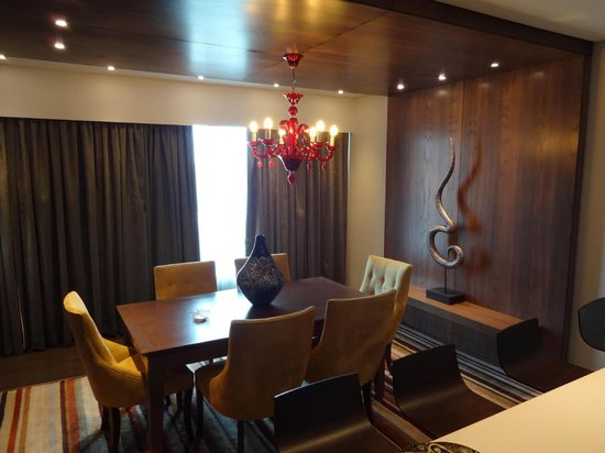 Crowne Plaza Johannesburg - The Rosebank: Room 763 - The Dining Area