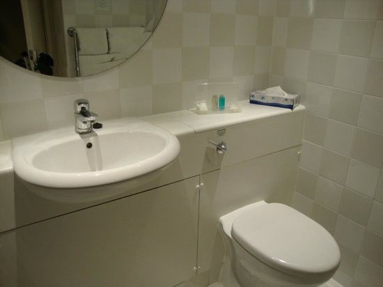 Holiday Inn Guildford: Sink and toilet in bathroom