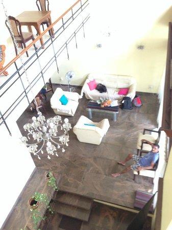Cool Colombo : 吹き抜けの階段からリビングを眺める