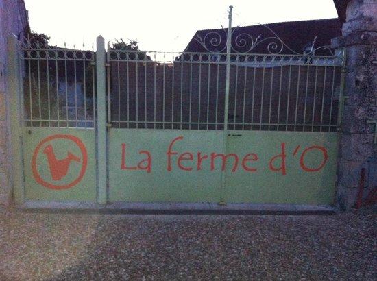 La Ferme d'O: Sicheres Abstellen vollgepackter Urlauberautos hinter diesem robusten Eisentor kein Problem