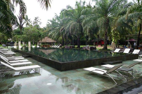 Segara Village Hotel: pool area at front of hotel
