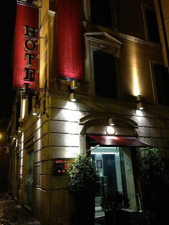 Duca D'Alba Hotel: The hotel at night