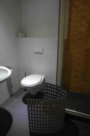 "wombats CITY HOSTEL Vienna ""THE NASCHMARKT"": Bathroom"