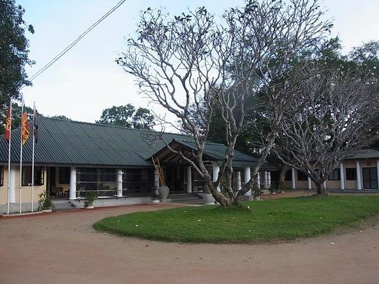 Heritage Dambulla Hotel: 通りに面しているのだが敷地がやけに広い