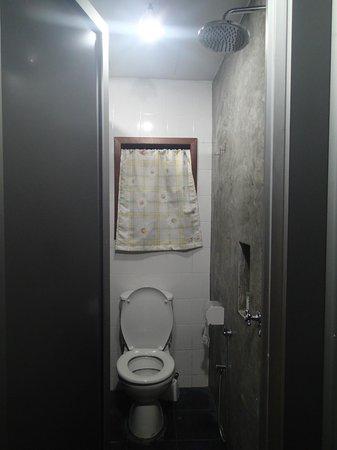 Roomies Boutique Bed & Breakfast : Bathroom