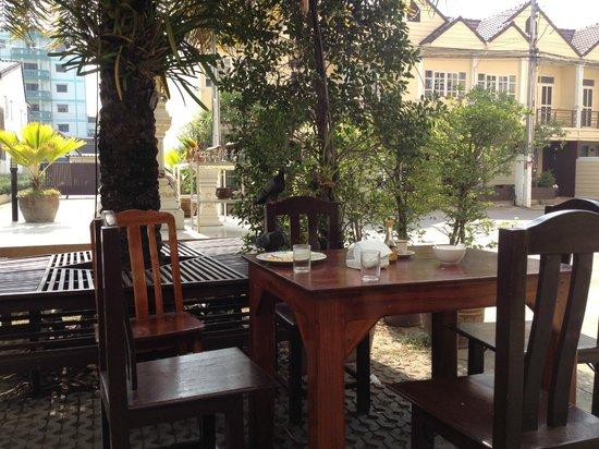 Golden Sea Pattaya Hotel: Столова