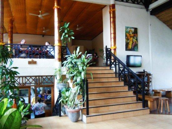 Hotel The Flora Kuta Bali: Lobby area view to restaurant