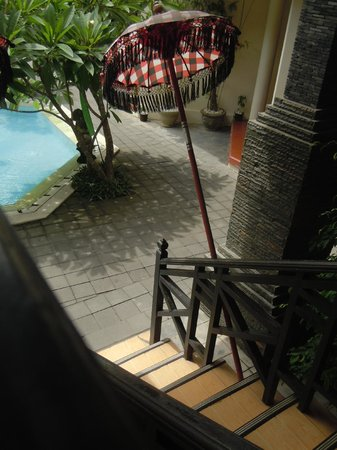 Hotel The Flora Kuta Bali: Lobby to the room stairs