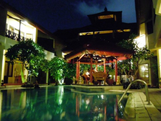 Hotel The Flora Kuta Bali: Poolside area