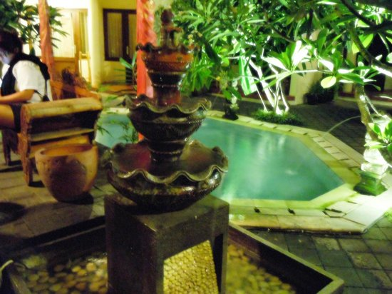 Hotel The Flora Kuta Bali: Fountain sculpture