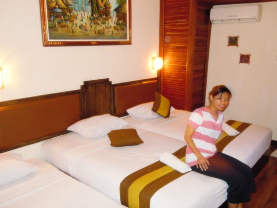 Hotel The Flora Kuta Bali: Twin bed room with extra bed