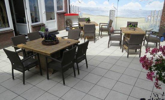 Hotel van Beelen: Na het ontbijt nog even de krant lezen op het terras met een kopje koffie
