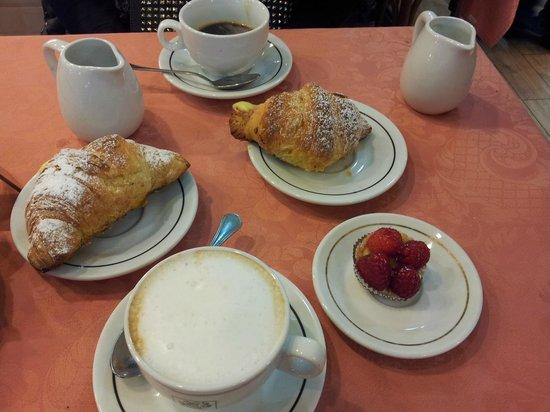 Mythos Hotel : завтрак в кафитерии San Gregorio