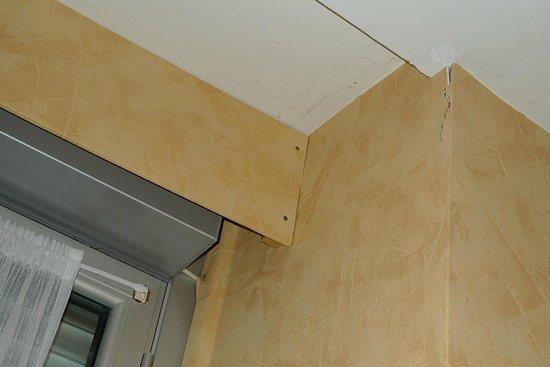 Hotel Ardiden : Grieta en el techo de la habitación, junto a la ventana