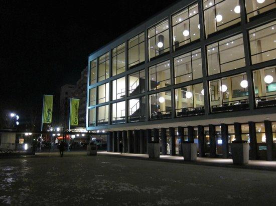 Deutsche Oper Berlin: Foyers von der Seite
