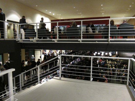 Deutsche Oper Berlin: belebte Szene