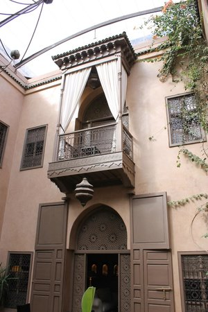 Riad Noir d'Ivoire : Looking up at our room's terrace.