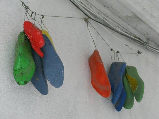 Casa do Patio by Shiadu : Des formes à chaussures accrochées dans le passage qui mène à Casa do Patio
