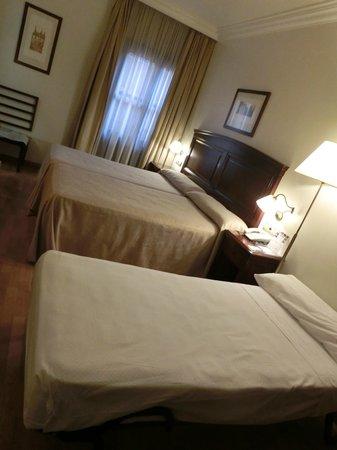 NH Granada Centro: 3人宿泊時、エキスらベッドが簡易ベッドでした