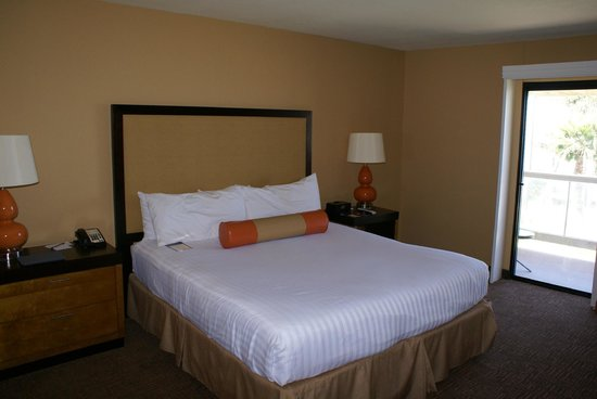 SeaCrest OceanFront Hotel: Kingsize-Bed mit Blick zum Meer