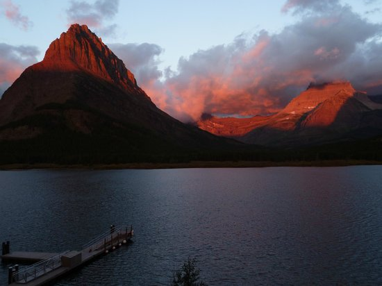 Many Glacier Hotel: Sunrise in Sept from deck at Many Glacier
