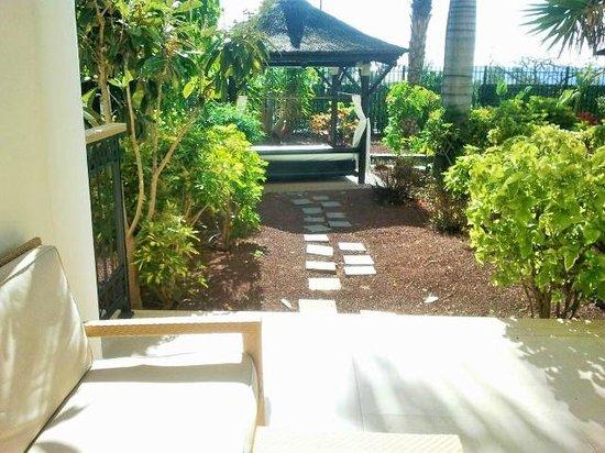 Gran Melia Palacio de Isora Resort & Spa: Jardin con cama balinesa de nuestra habitación