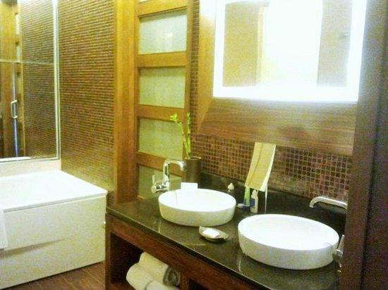 Gran Melia Palacio de Isora Resort & Spa: Encimera con dos lavabos y bañera a la izquierda