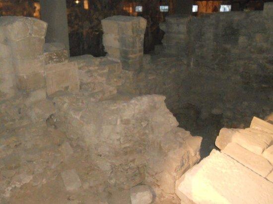 Crypte archéologique du parvis de Notre-Dame : Archeological Crypt: 4th Century ramparts